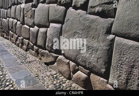 Célèbre 12 coins de la pierre dans un mur Inca sur la rue Hatunrumiyoc. Cuzco, Pérou. Banque D'Images