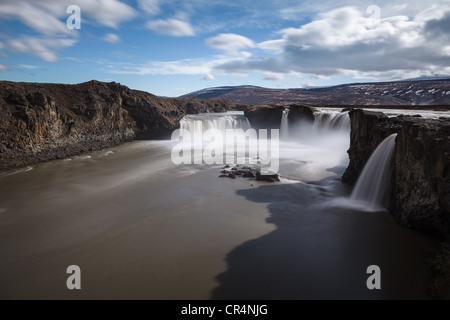 Une longue exposition de Godafoss en cascade cascade sur la roche volcanique, l'Islande, Scandinavie