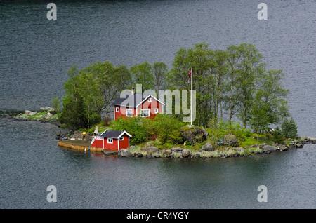 L'île à distance avec un red cottage dans Lovrafjord, Norway, Scandinavia, Europe Banque D'Images