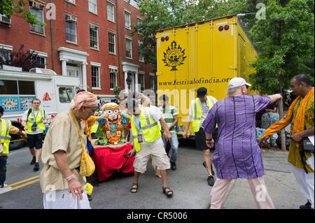 Les partisans de la religion d'Hare Krishna et les membres du public à l'Hare Krishna Festival à Washington Square Park à New York