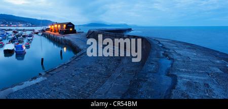 Au Cobb et le port au crépuscule, Lyme Regis. Le Dorset. L'Angleterre. UK. Banque D'Images