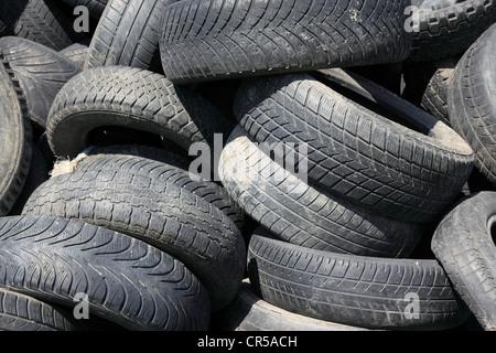 recyclage de pneus les pneus utilis s comme plantes id es upcycling comment utiliser des objets. Black Bedroom Furniture Sets. Home Design Ideas