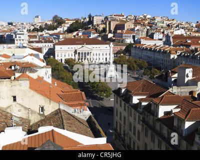 Vue sur la Praça de Dom Pedro IV (Rossio Square) de Elevador de Santa Justa. Lisbonne, Portugal. Banque D'Images