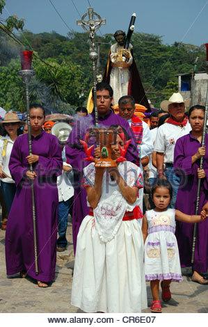 Procession du Silence dans la petite ville mexicaine de Cuetzalan. A lieu le vendredi saint avec les participants Banque D'Images