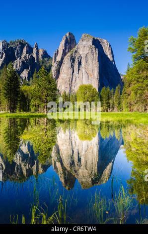Les roches de la cathédrale reflète dans l'étang, Yosemite National Park, California USA Banque D'Images