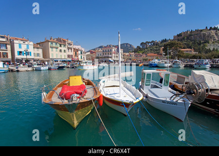 Bateaux de pêche sur les amarres, Cassis, Bouches-du-Rhône, dans le sud de la France, France, Europe Banque D'Images