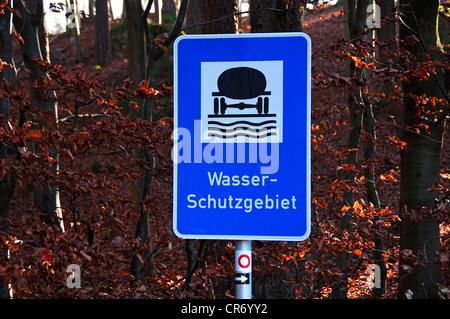 """Panneau """"Wasserschutzgebiet', l'allemand pour la protection de l'eau, en bordure d'une forêt, Zuchwil, Haute-Franconie, Banque D'Images"""