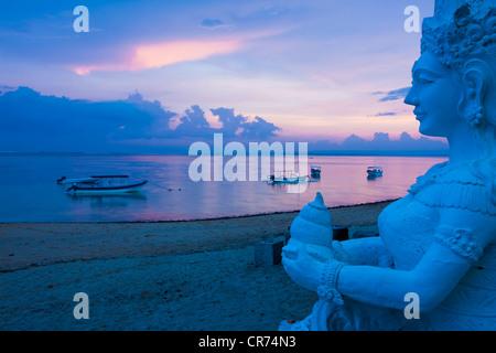 L'INDONÉSIE, Bali, Sanur, statue sur la mer en arrière-plan au crépuscule Banque D'Images
