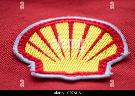 Détail de tissu patch logo sur la sécurité des travailleurs salopettes pour Royal Dutch Shell Oil Company. Banque D'Images