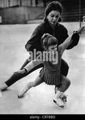 Gabriele Seyfert, 'Gaby', * 23.11.1948, la patineuse artistique allemande, la formation d'un enfant à Karl Marx Banque D'Images