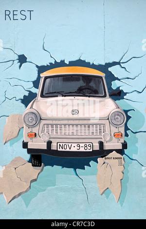 Tester le reste, Trabant briser le mur de Berlin, par Birgit Kinder, la peinture sur le mur de Berlin, East Side Banque D'Images