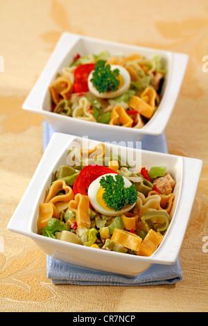 Les pâtes en forme de coeur en salade. Recette disponible Banque D'Images
