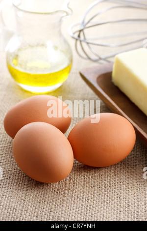 Les œufs avec l'huile de beurre et fouetter Banque D'Images
