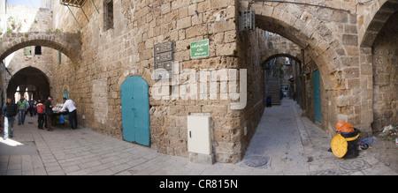 Scène de rue panoramique à l'intérieur de la vieille ville d'Acre, Israël Banque D'Images