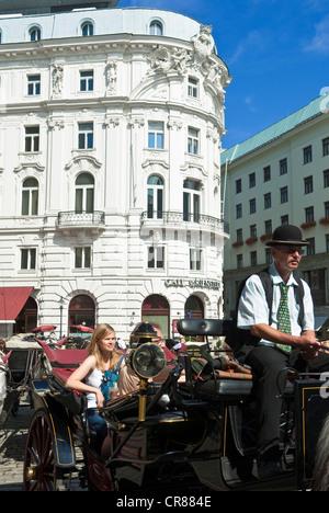 L'Autriche, Vienne, centre historique, patrimoine mondial de l'UNESCO, Michaelerplatz, coach service voiturier à Banque D'Images