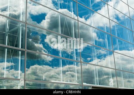 Ciel nuageux Ciel bleu reflété dans office windows Banque D'Images