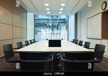 Ordinateur portable sur une table de conférence en bloc de bureau vide Banque D'Images