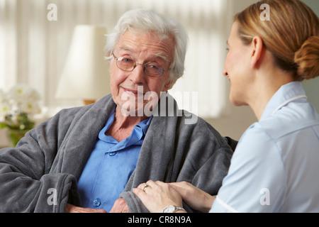 Toucher le bras principal soignant mans Banque D'Images