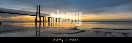 Image du panorama de du pont Vasco de Gama à Lisbonne, Portugal au lever du soleil, avec la réflexion dans le tage Banque D'Images