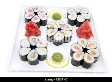 Les sushis japonais Les poissons et fruits de mer sur fond blanc Banque D'Images