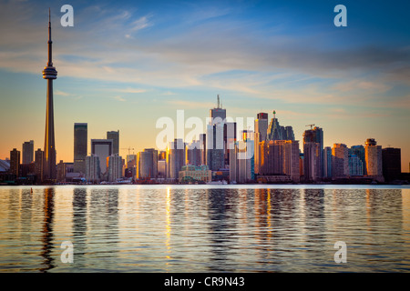 Le centre-ville de Toronto Skyline, y compris la Tour CN et le Centre Rogers, comme vu en début de soirée Banque D'Images