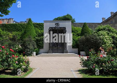 Jardins du Musée Rodin à Paris. La sculpture La porte de l'enfer est situé au milieu de rosiers dans le jardin de Banque D'Images