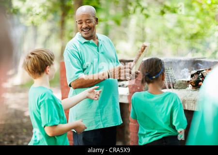 Les élèves jouer dehors avec l'enseignant Banque D'Images