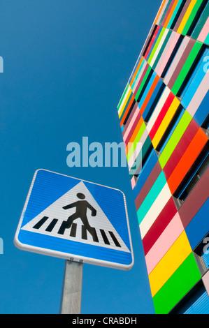 Colorines bâtiment et passage piéton, signal, vue de dessous. PAU Carabanchel, Madrid, Espagne. Banque D'Images