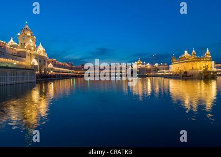 Sanctuaire Harmandir Sahib sikh ou temple d'or dans l'Amrit Sagar Lake ou de nectar, Amritsar, Punjab, Inde du Nord, Banque D'Images