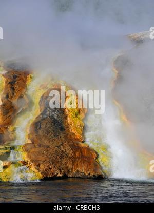 Sortie de l'Excelsior Geyser dans la rivière Firehole, Midway Geyser Basin, coloré de bactéries thermophiles, micro Banque D'Images