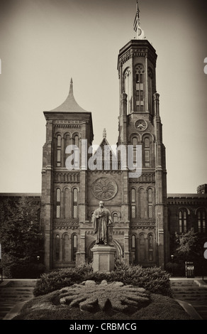 Image en noir et blanc, sépia, statue du scientifique Joseph Henry en face de la Smithsonian Institution Building Banque D'Images