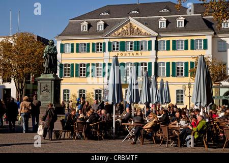 Café de la rue et le monument Beethoven devant le bureau de poste sur place, Muensterplatz , Rhénanie du Nord-Westphalie Banque D'Images
