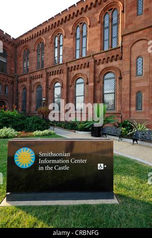 """Centre d'information de la Smithsonian Institution Building, bâtiment administratif et musée, connu comme """"le Château"""", Banque D'Images"""
