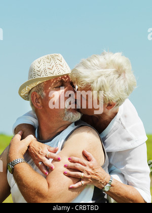 Vieux couple kissing outdoors Banque D'Images