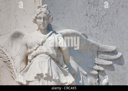 Angel statue en marbre blanc, au Monument monument, la Place de Venise, Rome, Italie, Europe Banque D'Images