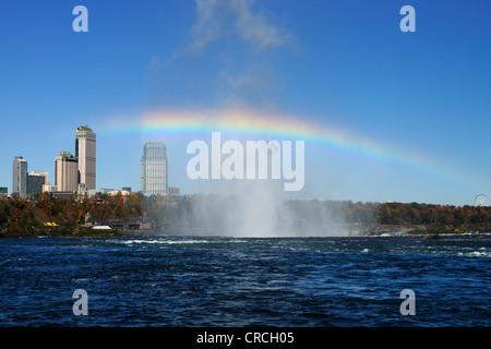 Arc-en-ciel au-dessus des Chutes du Niagara avec hôtels, Niagara Falls, Ontario, Canada, Amérique du Nord Banque D'Images