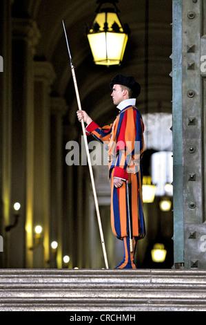 Soldat suisse de la Garde suisse à la basilique Saint-Pierre, Vatican, Rome, Latium, Italie, Europe Banque D'Images