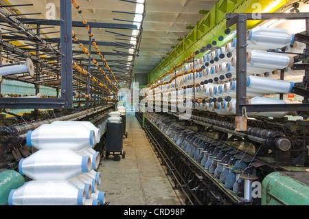 L'équipement de l'usine de textile dans l'atelier et les enfiler sur de grandes bobines Banque D'Images