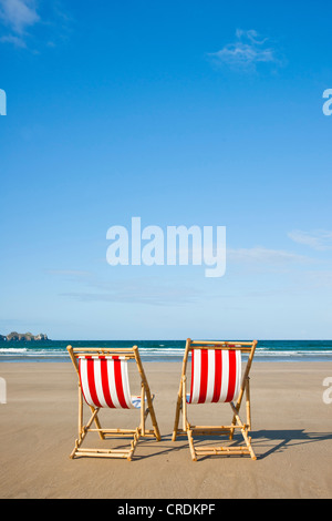 Vide deux transats sur la plage, à Camaret-sur-Mer, Finistère, Bretagne, France, Europe Banque D'Images