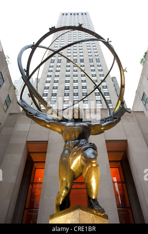 Statue d'Atlas en face d'un gratte-ciel, le Rockefeller Center, le milieu de la ville, Manhattan, New York City, Banque D'Images