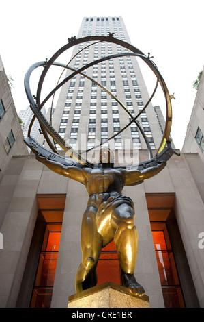 Statue d'Atlas en face d'un gratte-ciel, le Rockefeller Center, le milieu de la ville, Manhattan, New York City, Banque D'Images