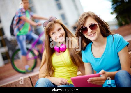 Les adolescents traînant ensemble sur un jour d'été habituel, selective focus Banque D'Images