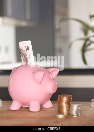 Tirelire avec de l'argent sur la table