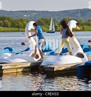 Scène à l'Kenmade avec le lac Swan typique des pédalos et des bateaux à voile, de l'Allemagne, en Rhénanie du Nord Banque D'Images