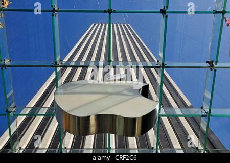 Voir à travers le verre cubus; Apple Store, Cinquième Avenue, USA, New York, Manhattan Banque D'Images