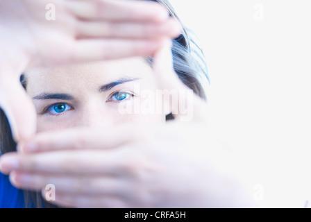 Femme faisant mains avec viseur