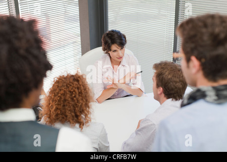 Business people talking in office Banque D'Images