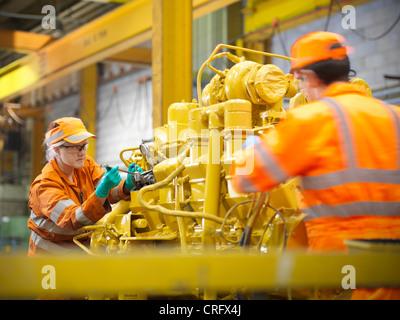 Les ingénieurs de l'apprenti au travail en usine Banque D'Images