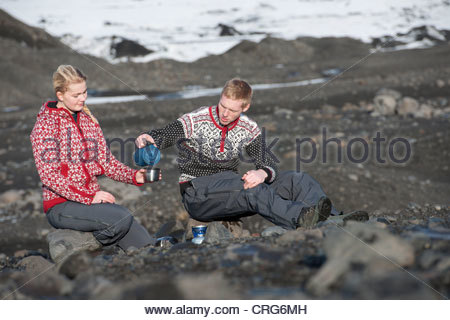 Couple having coffee in snowy landscape Banque D'Images