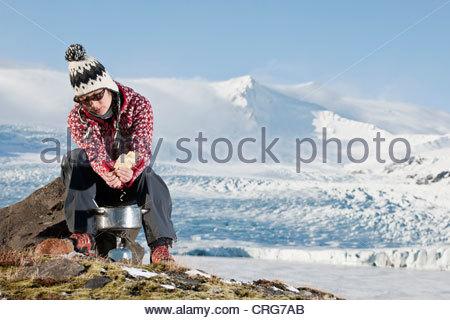 Randonneur la cuisson dans paysage de neige Banque D'Images